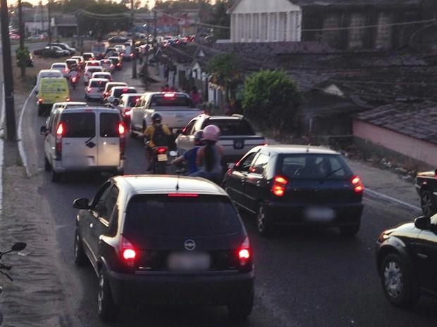 Moradores da Ilha do Bispo interditaram a via nos dois sentidos durante protesto no fim da tarde desta sexta-feira em João Pessoa  (Foto: Walter Paparazzo/G1)
