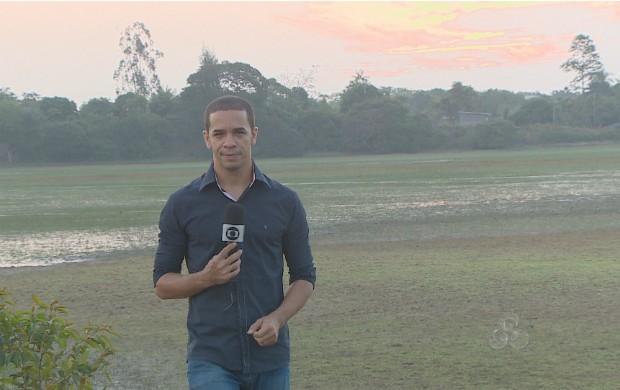 O reporter Jailson Santos ouviu o relato dos moradores da vila do Curiaú. (Foto: Reprodução/TV Amapá)