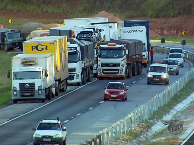 Motoristas de caminhões e carretas foram impedidos de passar na Fernão Dias (Foto: Reprodução EPTV)