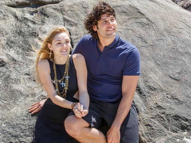 Para alegrar a falsa cega, Arthur convida Megan para um passeio na praia. A loira não é boba e aceita... (Foto: Artur Meninea/TV Globo)
