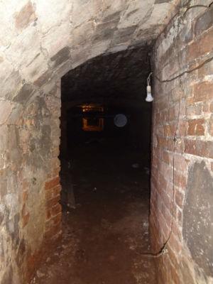 Tunel está localizado no fundo do porão o Clube Curitibano sede Concórdia (Foto: Adriana Justi / G1)