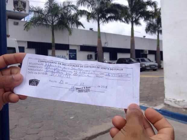 Cozinheiro Jefferson dos Santos, 22, reclamou que não conseguiu pegar a ficha para poder visitar o companheiro (Foto: Marina Barbosa/G1)