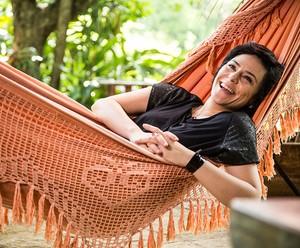 Fernanda Takai relaxa na rede antes de cantar a bela Perdendo os Dentes (Foto: Raphael Dias/Gshow)