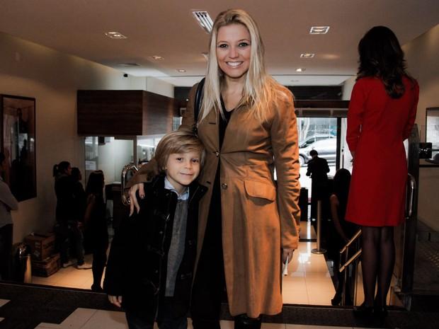Patrícia de Sabrit com o filho em teatro em São Paulo (Foto: Marcos Ribas/ Foto Rio News)