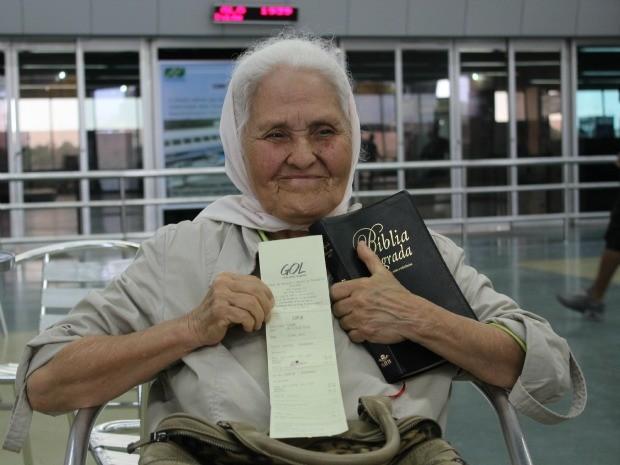 Missionária mostra a passagem comprada com empréstimo do INSS para Brasília (Foto: Girlene Medeiros / Do G1 AM)