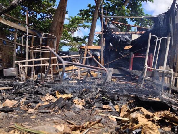 Barracas em Afogados ficaram destruídas pelo fogo, mas ninguém ficou ferido. (Foto: Kety Marinho/TV Globo)