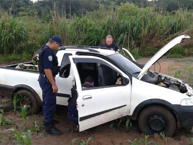 Carro usado por suspeitos de furtar abacate foi encontrado atolado em estrada de Aguaí (Foto: Guarda Municipal de Aguaí)