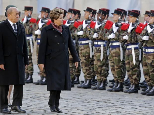 Dilma ao lado do ministro da Defesa francês Jean-Yves Le Drian participam de uma cerimônia militar no Hotel des Invalides, em Paris. (Foto: Jacky Naegelen/Reuters)