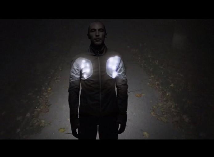 7023048b4fe Sporty Supaheroe permite que atleta seja visto no escuro (Reprodução  Indiegogo)