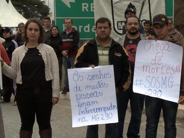 Manifestantes fecham MG-290 em Borda da Mata pedindo por melhorias (Foto: Devanir Gino / EPTV)