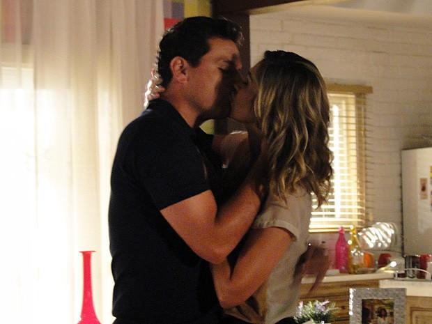 Théo e Érica se beijam  (Foto: Salve Jorge/TV Globo)