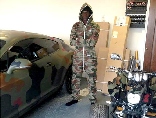 Balotelli carro camuflado exército Boleirama (Foto: Reprodução / Twitter)