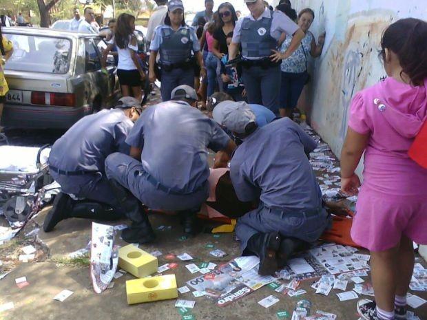 Bombeiros socorreram a idosa no último domingo (07), após ela escorregar nos santinhos.  (Foto: Gleise Keller Assunção/ Foto cedida pelo Jornal da Cidade )
