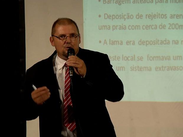 O perito da Polícia Civil de Minas Gerais, Otávio Guerra Terceiro, explica como se deu o rompimento da barragem de Fundão, em Mariana (Foto: Reprodução/TV Globo)