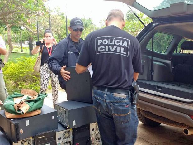 Policiais apreendem computadores na sede da Secretaria de Saúde, na Asa Norte, na terceira fase da operação Mr. Hyde (Foto: Mara Puljiz/TV Globo)