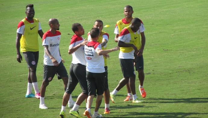 D'Alessandro e Willians brigam em treino do Inter (Foto: Tomás Hammes/GloboEsporte.com)