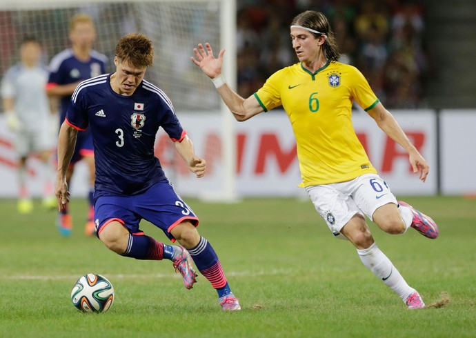 Sakai e Filipe Luis, Brasil x Japão (Foto: Reuters)