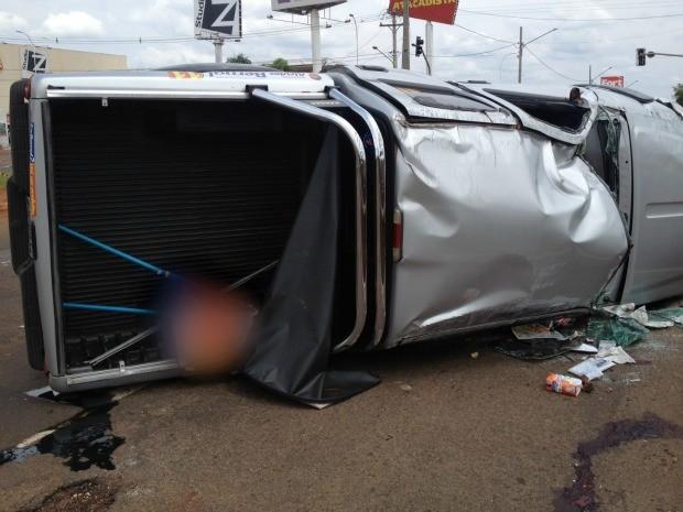 Veículo ficou tombado após acidente na Ernesto Geisel (Foto: Gabriela Pavão/G1 MS)