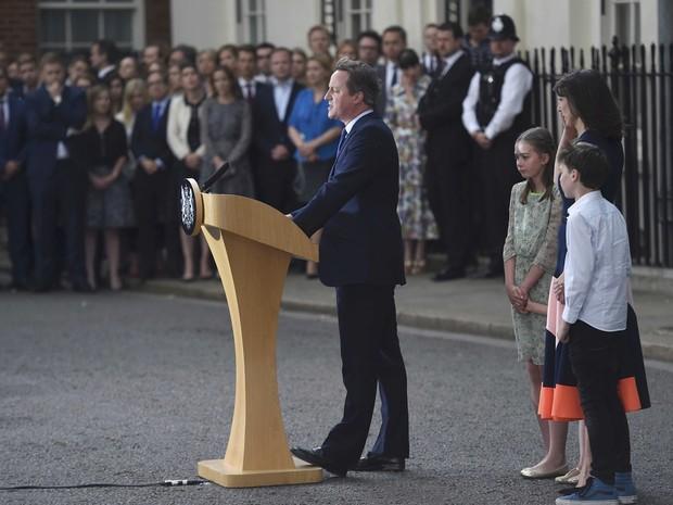Cameron, fala em frente ao número 10 da Downing Street, no centro de Londres (Foto: REUTERS/Toby Melville)