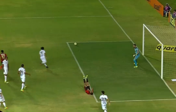 Robinho e Bruno Silva disputam  o lance mais bizarro de setembro