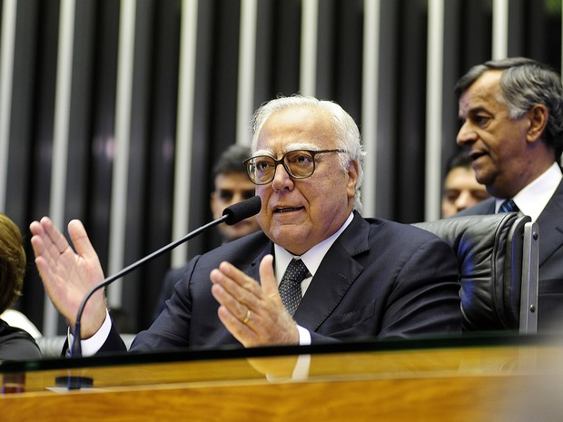 O deputado Miro Teixeira (PROS-RJ) preside a cerimônia de posse dos parlamentares neste domingo (1). (Foto: Gustavo Lima/Câmara dos Deputados)