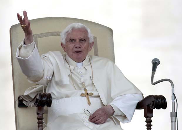 O Papa Bento XVi durante audiência na Praça de São Pedro, no Vaticano, nesta quarta-feira (25) (Foto: AP)
