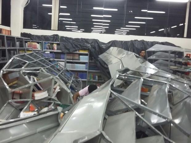Uma estante caiu e acabou derrubando as outras  (Foto: Nelson Minucci/ Repórter na Rua)