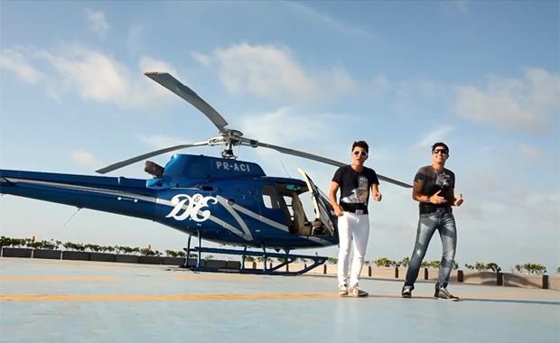 A dupla sertaneja Deyvid & Emanuel no clipe de 'Helicóptero' (Foto: Reprodução / YouTube)