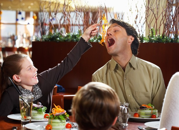 Pai e filha se divertem no restaurante (Foto: Thinkstock)