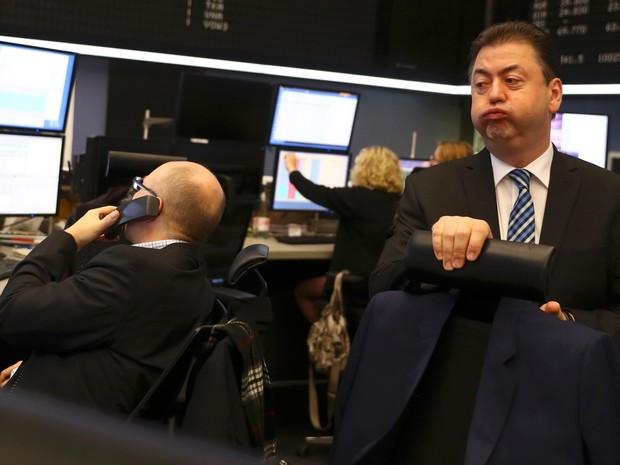 Operador reage à queda dos índices europeus na bolsa de Frankfurt, na Alemanha, nesta quarta-feira (9). (Foto: Reuters)