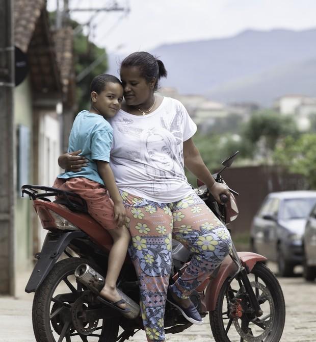 Paula, João Pedro e a moto que salvou muitos moradores de Bento (Foto: Raoni Maddalena)