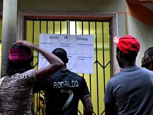 Aviso em francês foi afixado na entrada da administração do abrigo para que imigrantes escolham para qual cidade querem ir (Foto: Yuri Marcel/G1)