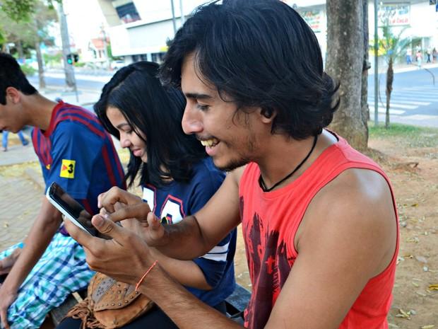 Bergson e amigos se reuniram para caçar Pokémons no Centro de Rio Branco (Foto: Quésia Melo/G1)