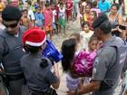 Policiais militares dão presentes de Natal a crianças carentes em Vitória