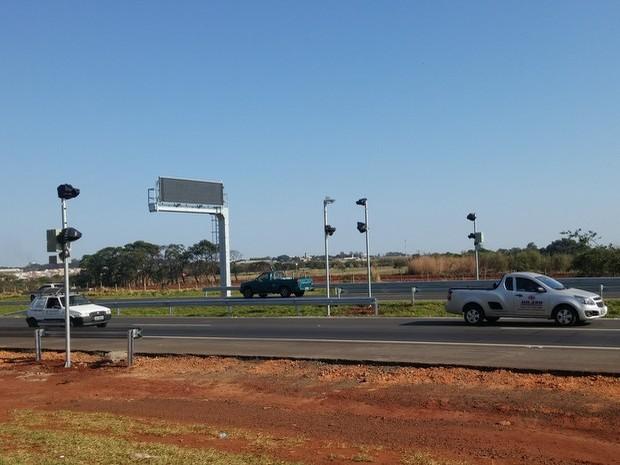 Quatro radares instalados em ponto da Rodovia Luiz de Queiroz (SP-304) na região de Piracicaba (Foto: Araripe Castilho/G1)
