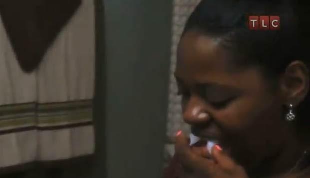 A americana identificada como Kesha afirmou em 2011, em entrevista à emissora de TV 'TLC', que tem uma compulsão por comer papel higiênico. Ela chega a devorar a metade de um rolo em um único dia (Foto: Reprodução)