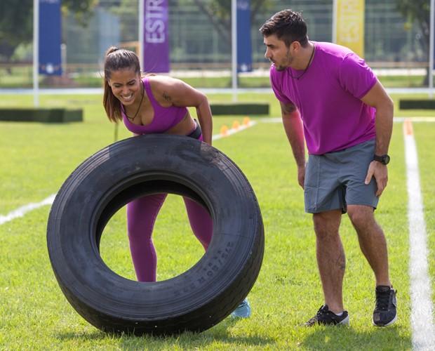 Anitta mostra toda a sua força ao levantar pneu (Foto: Fabiano Battaglin/Gshow)