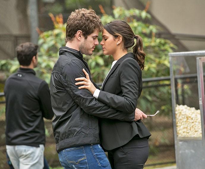 Na pele de Ben e Mari, casal grava cena romântica (Foto: Inácio Moraes/Gshow)