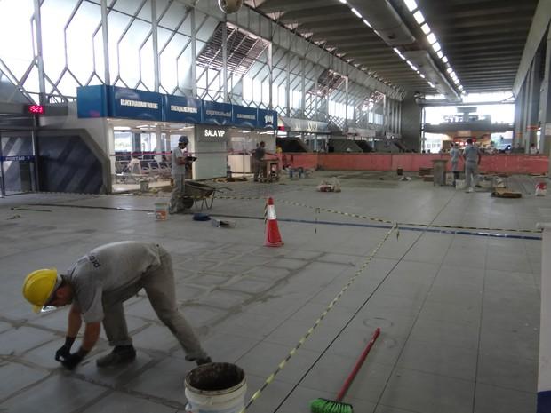 Colocação dos pisos no térreo da rodoviária deve terminar em 20 de dezembro (Foto: Deter/Divulgação)
