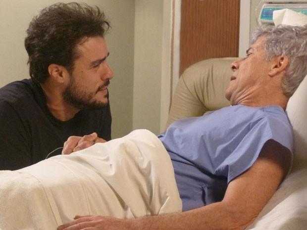 Enrico tem conversa emocionante com o pai (Foto: Fabio Rosso/Gshow)