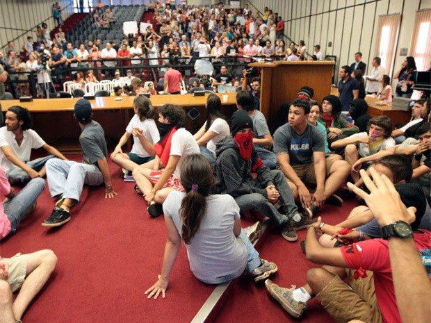 Grupo tomou área destinada aos vereadores durante votação de projeto em Ribeirão Preto (Foto: Weber Sian/Jornal A Cidade )