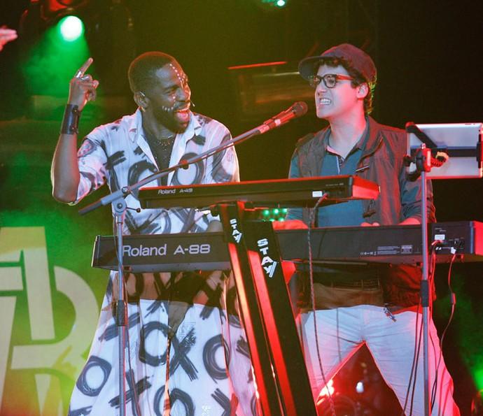Henrique se empolga nos teclados ao lado Brau (Foto: Pedro Carrilho/Gshow)