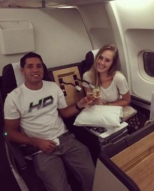 Adriano de Souza, o Mineirinho, e a esposa Patricia Eicke no avião (Foto: Divulgação)