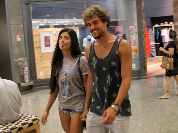 Aline Riscado e Felipe Roque em shopping na Zona Oeste do Rio (Foto: J. Humberto/ Ag. News)