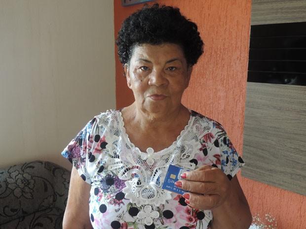 A aposentada Maria de Lourdes Lira Mendes levou prejuízo superior a R$ 1,2 mil (Foto: Wellington Roberto/G1)