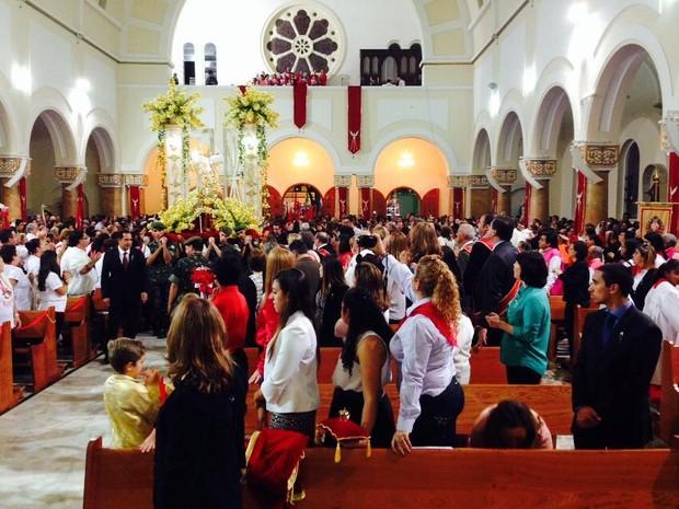 Catedral foi tomada pelos devotos do Divino em Mogi (Foto: Carolina Paes/G1)