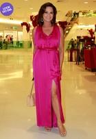 Look do dia: Luiza Brunet aposta em longo pink decotado para lançar livro