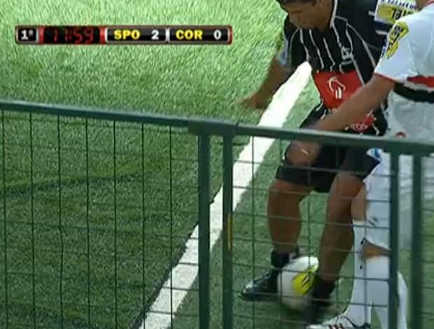 FRAME - Denilson aplica caneta em Pereira (Foto: Reprodução SporTV)