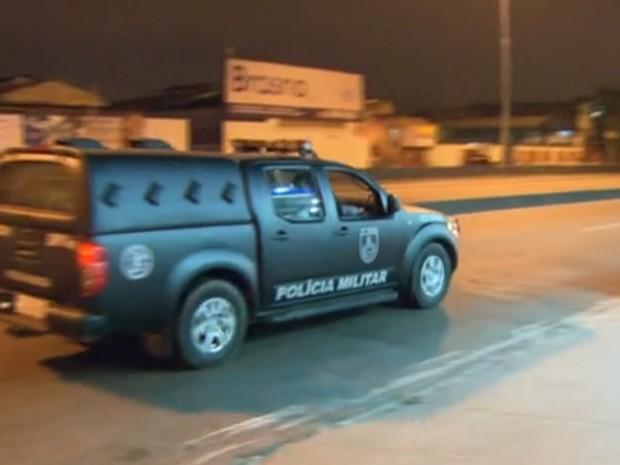 Polícia Militar começa a substituir o Exército na MAré (Foto: Reprodução/TV Globo)