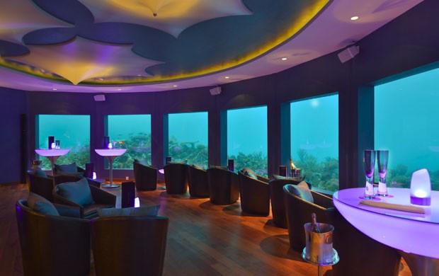 Discoteca é rodeada de janelas para que os clientes possam ver criaturas marinhas (Foto: Divulgação/Per Aquum)